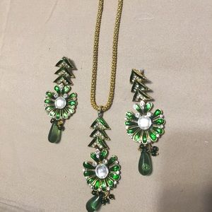 Jewelry - Emarnld green necklace and earrings set
